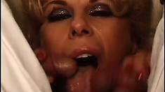 Horny blonde milf with sexy legs Zarina sits on the couch and has fun with two midgets