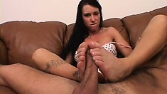On the couch, sensual brunette Vandalia reveals her amazing footjob and blowjob skills